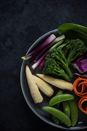 comiendo frutas: Farm fresh vegetables on plate