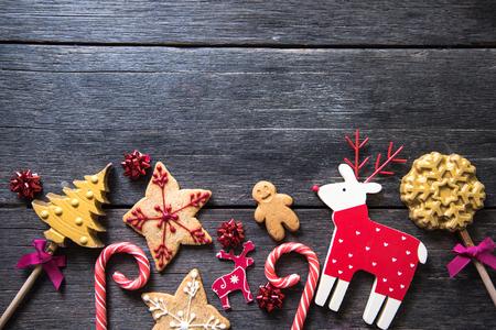 galletas de jengibre: Navidad hechos en casa festivo dulces decorados sobre fondo de madera Foto de archivo