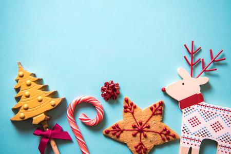 ginger cookies: Dulces de la Navidad festivas fondo de alimentos con espacio de copia
