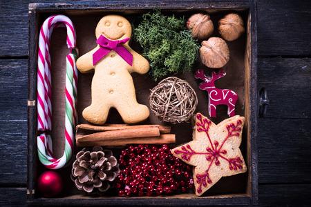 cajas navide�as: caja de madera con decoraci�n de Navidad de la vendimia desde arriba