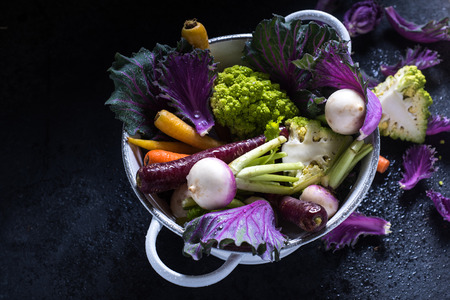 saludable: Fresh vibrant vegetables, wet and raw