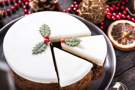 cioccolato natale: Natale torta di frutta su tavola di legno con decorazioni festive