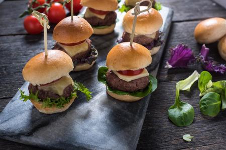ミニ牛のハンバーガー、木製のテーブルのパーティ料理