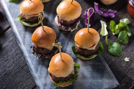 Hausgemachte Rindfleisch-Burger mit Käse auf Servierbrett Standard-Bild - 47347810
