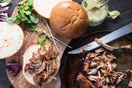 bereiding van draadjesvlees evenals sandwich Stockfoto