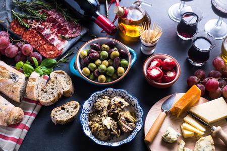 wine: selección de tapas tradicional desde arriba