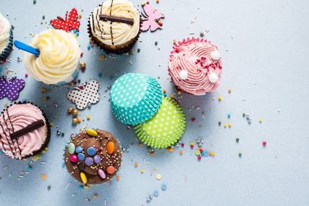 cake: Pastelitos vibrantes sobre fondo azul Foto de archivo