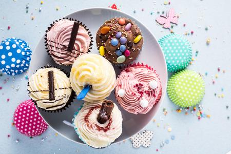 Levendige cupcakes op een blauwe achtergrond Stockfoto
