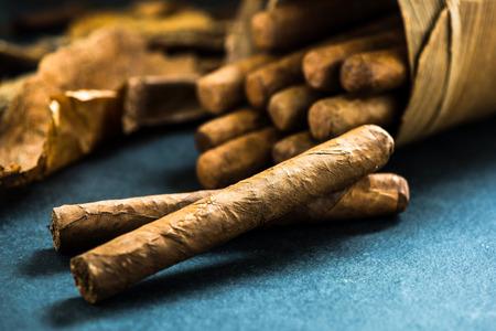 전통적인 장인 야자수 잎 상자에 쿠바 시가 스톡 콘텐츠