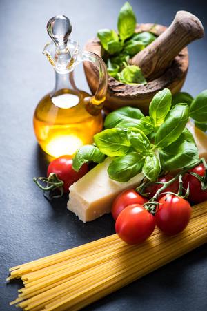 restaurante italiano: Ingredientes para el espagueti italiano en Fundamentos de la pizarra Foto de archivo