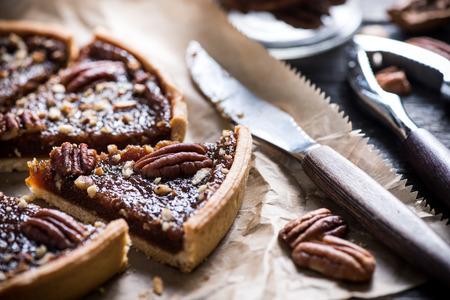 pecan pie: cortar pastel de nueces en mesa de madera, vista a�rea