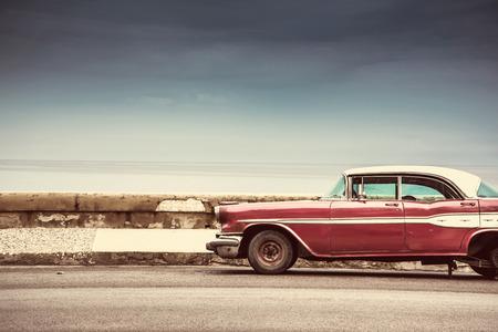 쿠바, 하바나에서에서 거리에 오래 된 미국의 공원 차 스톡 콘텐츠