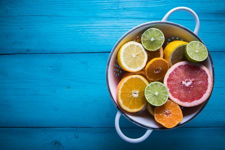 citricos: Vibrantes frutos cítricos mitad del corte en la mesa de madera