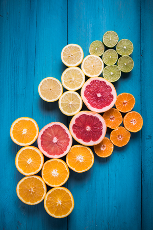 푸른 나무 테이블에 이국적인 감귤류 과일