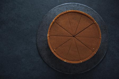 decoracion de pasteles: agravio de chocolate en rodajas en el fondo oscuro, vista a�rea Foto de archivo