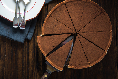 decoracion de pasteles: pastel de chocolate en rodajas desde arriba con el cacao fresco