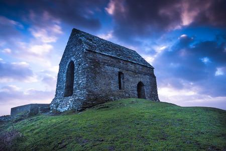 Rame Başkanı Cornwall yalnız Şapel, UK zt dramatik gün batımı Stok Fotoğraf