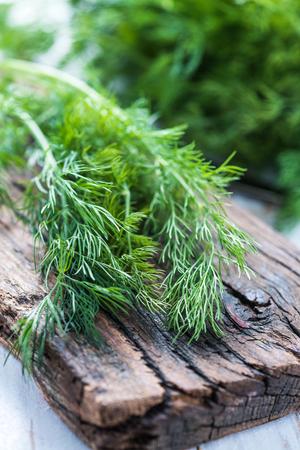 Verse dille op rustieke snijplank op houten tafel