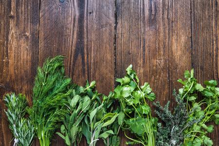 Aromatische kruiden en specerijen uit de tuin, gezond koken concept, plat van bovenaf Stockfoto