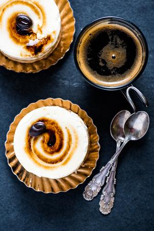 Amaretto en koffie Italiaanse dessert op zwarte leisteen bord, van boven geserveerd met expresso schieten en spons.