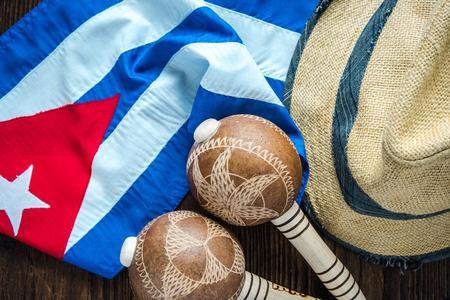 bandera cubana, sombrero de Panamá y instrumet.Vacation musical en el concepto Cuba. Foto de archivo