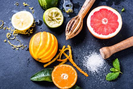 limonada: Las frutas cítricas refrescantes para el verano limonada, en posición plana desde arriba. Ingredientes para bebida saludable. Foto de archivo