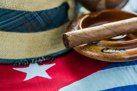 bandera de panama: bandera cubana, sombrero de Panamá y instrumet.Vacation musical en el concepto Cuba. Foto de archivo