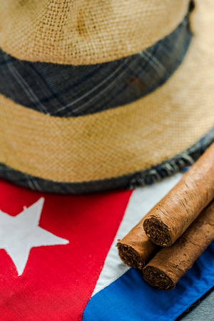 bandera de cuba: Traveling to Cuba concept background. National flag, straw hat and cigars.