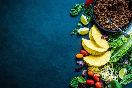 Los tacos mexicanos, frontera de fondo de alimentos de la receta, aéreas. Auténtica comida tradicional calle. Foto de archivo