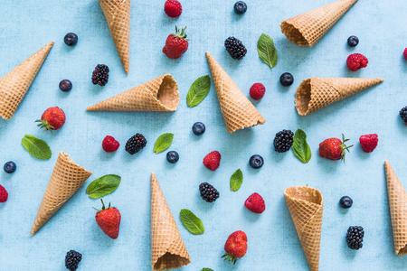 アイス クリーム コーンと新鮮な果実、夏のフラット レイアウト背景