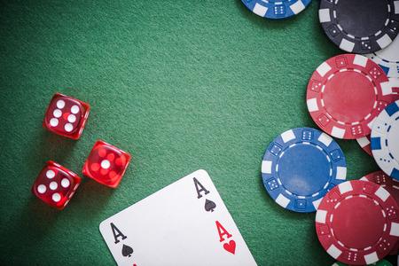 carte da gioco, dadi e fiches da poker dall'alto sul tavolo verde del poker Archivio Fotografico