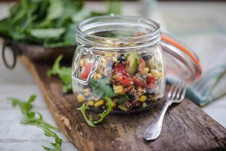 소박한 유행 항아리에서 슈퍼 푸딩 다이어트 quinoa 샐러드 제공 스톡 콘텐츠