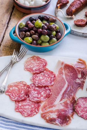 tapas españolas: tapas españolas tradicionales que se sirven en la mesa Foto de archivo