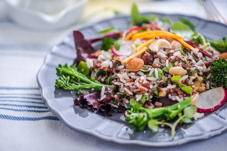 ensalada de verduras: cacahuetes y ensalada de brócoli con arroz integral
