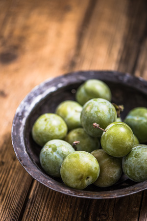 plumes: Greengages french plumes in rustic bowl Stock Photo
