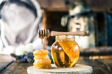 Honig tropft über VAX Kamm auf Holztisch Standard-Bild - 62055479