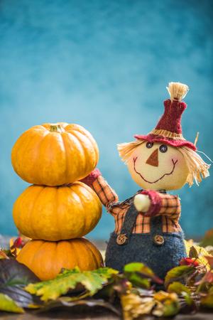 espantapajaros: Scarecrow stacking pumpkins hight Foto de archivo
