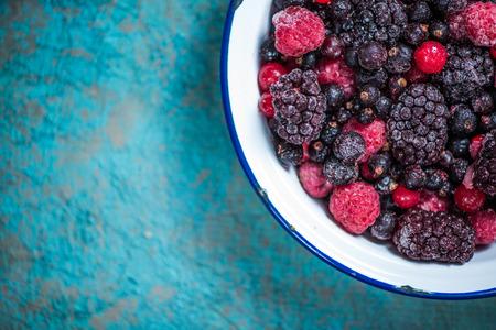 冷凍果実果物素朴なボウルに、コピー領域の背景の境界線 写真素材
