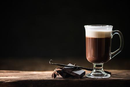 Irish coffee op donkere achtergrond met ruimte voor het menu