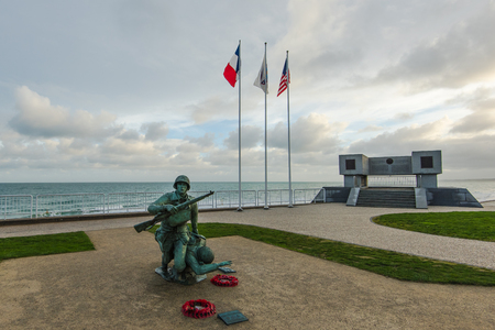 노르망디, 프랑스에있는 팔 렌 병사의 오마하 비치 전쟁 기념관 에디토리얼