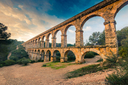 Roman Ponte del Diable in Estragona, Spanien bei Sonnenuntergang Standard-Bild - 71746730