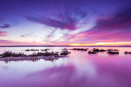 라구나 살라 다 Torrevieja, 스페인입니다. 석양에 소금 호수입니다. 살리나스 자연 공원.