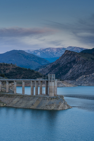 Reservoir Embalse de Canales in Granada, Spanien am Abend Standard-Bild - 74429787