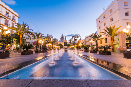 Illuminated square in Cadiz with fountains at twilight, long exposure. Фото со стока - 76793115