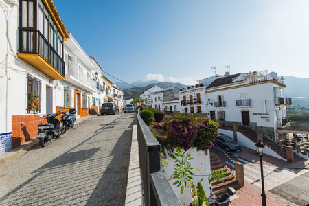 Maro, España - 5 de mayo de 2017: Las calles históricas del pueblo de Maro cerca de Nerja, Málaga, España con verano florecen en potes. Foto de archivo - 78120997