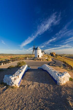 Molinos de viento medievales en la cima de la colina en Consuegra, España