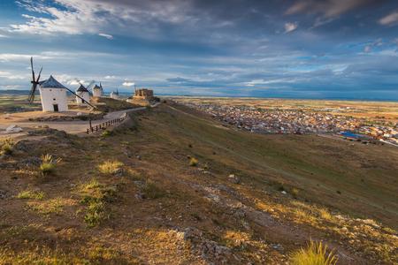 don quijote: Molinos de viento y Consuegra cityscae desde la cima de la colina