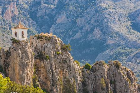 スペイン、岩の上に鐘タワーの Guadalest 城。