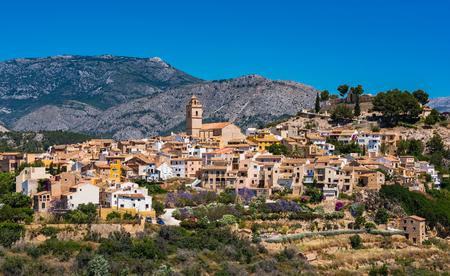 アリカンテ、スペインの丘上 Polop 村。