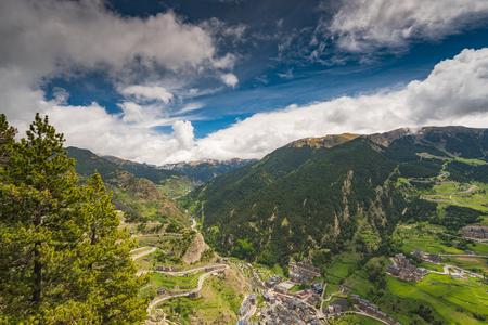Vista panorámica sobre pueblo y montañas en Andorra. Foto de archivo - 79467158
